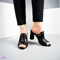 Женские сабо на среднем каблуке декорированные заклепками