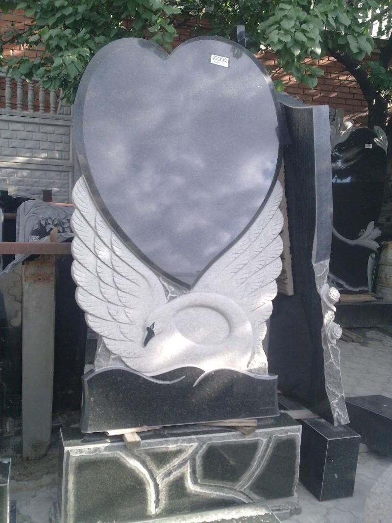 Одинарний пам'ятник у формі лебедя та серця із граніту