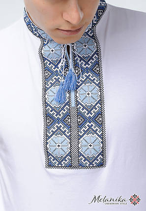 Мужская вышитая футболка с коротким рукавом в этно стиле «Солнышко (голубая вышивка)», фото 2