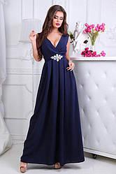 Женское платье с соблазнительным декольте и брошью со стразами