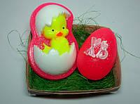 """Набор сувенирного мыла """"Цыплёнок в скорлупе и пасхальное яйцо """" в корзинке из шпона"""