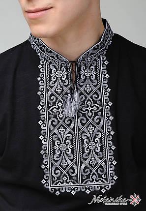 Чоловіча вишита футболка чорного кольору з геометричним орнаментом «Король Данило (сіра вишивка)», фото 2