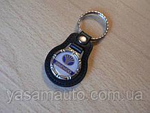 Брелок кожзам округлый Daewoo эмблема Деу автомобильный на авто ключи комбинированный