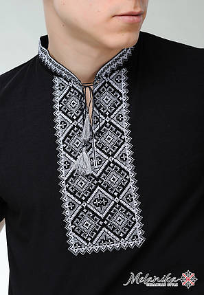 Сдержанная мужская футболка с коротким рукавом в черном цвете «Атаманская (серая вышивка)», фото 2