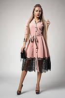 Модное женское платье пудрового цвета с черным кружевом