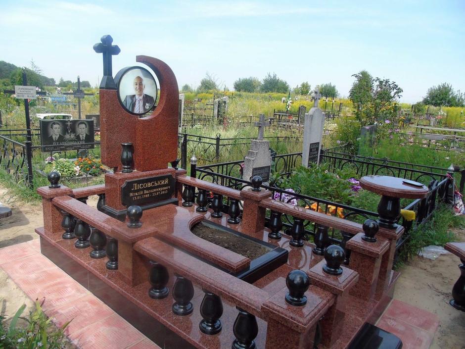 Елітний пам'ятник з огорожею з граніту