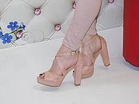 Женские босоножки розовые замшевые на толстом каблуке с переплетом