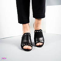 Сабо на среднем каблуке декорированные заклепками, цвет- черный.