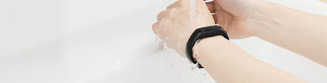 с браслетом сяоми ми банд 2 можно мыть руки