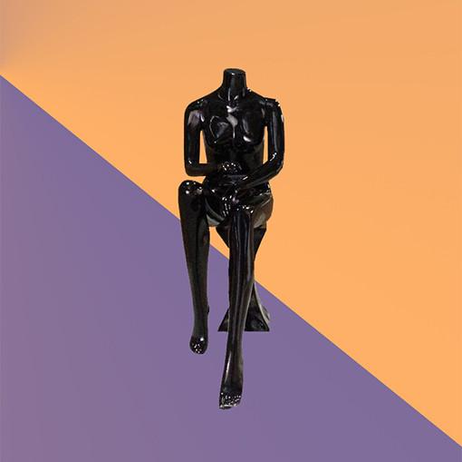 Манекен женский без головы глянцевый черный сидячий