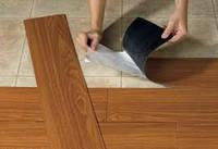 Облицовка пола кварц-виниловыми плитками на клей
