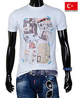 Белая мужская футболка.