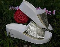 Кожаные кожаные шлепанцы золото на белой подошве