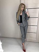 Женский брючный костюм в клетку: пиджак и брюки