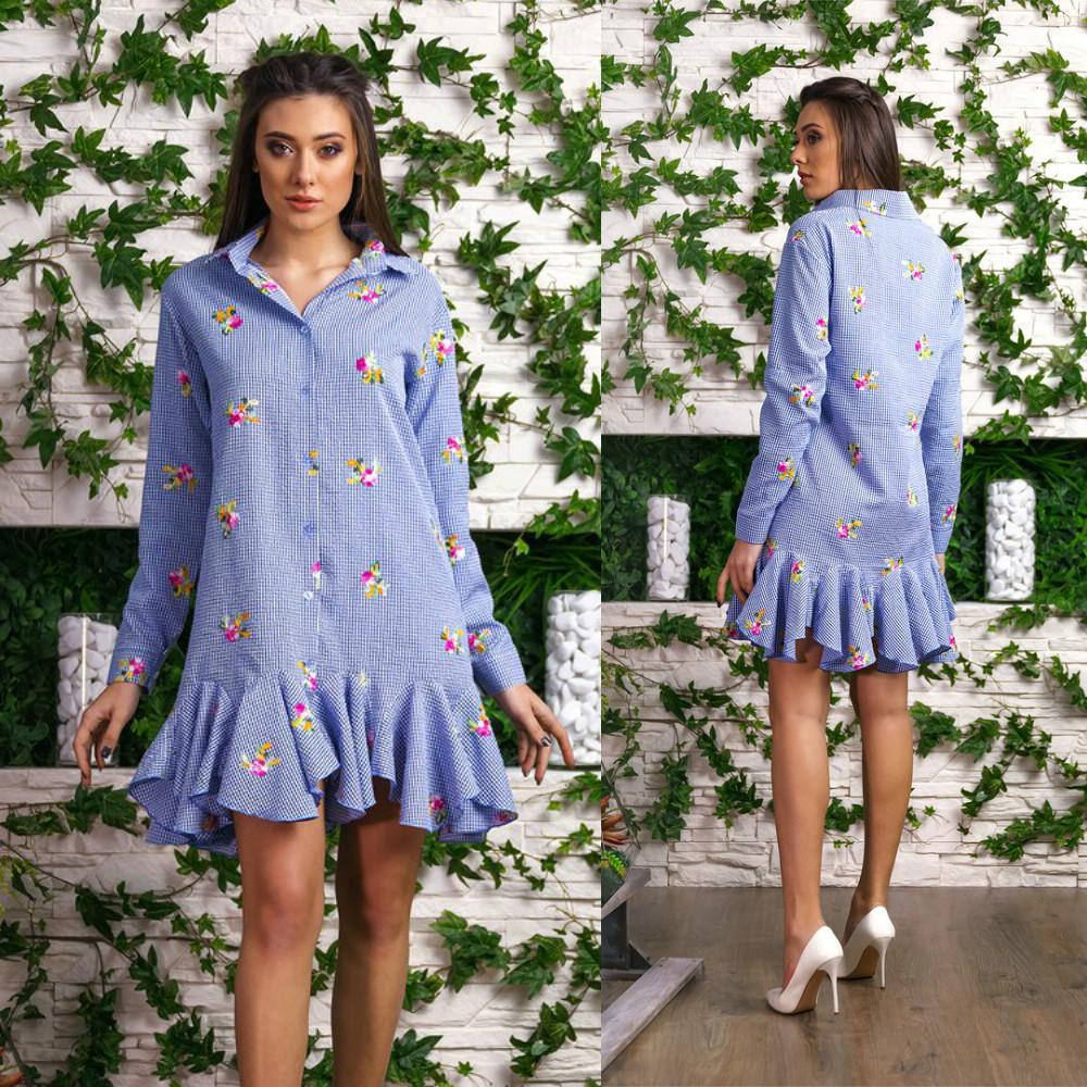 Жатое платье-рубашка в мелкую клетку украшено вышивкой и воланами по подолу