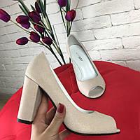 Бежевые кожаные туфли на толстом каблуке с мерцающим еффектом открытый носок