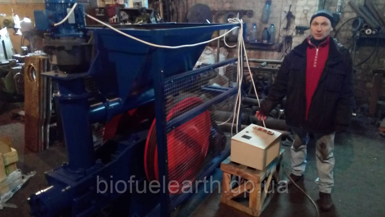 Пресс-брикетировщик ударно-механического типа для производства брикетов из соломы