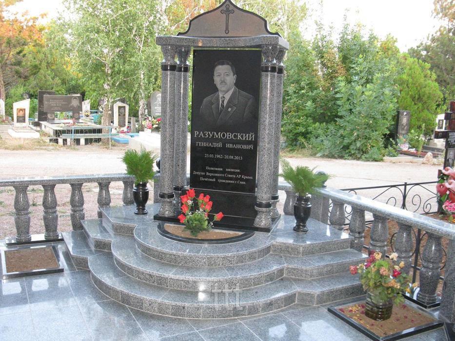 Памятник с колоннами и балясинами №24