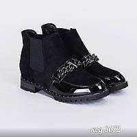Короткие эко-замшевые ботиночки со вставками эко-лака и цепочкой