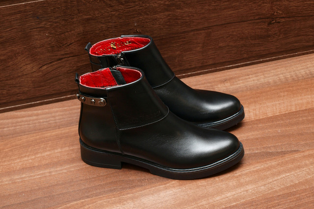 Черные женские ботинки из натуральной кожи на фото, модель