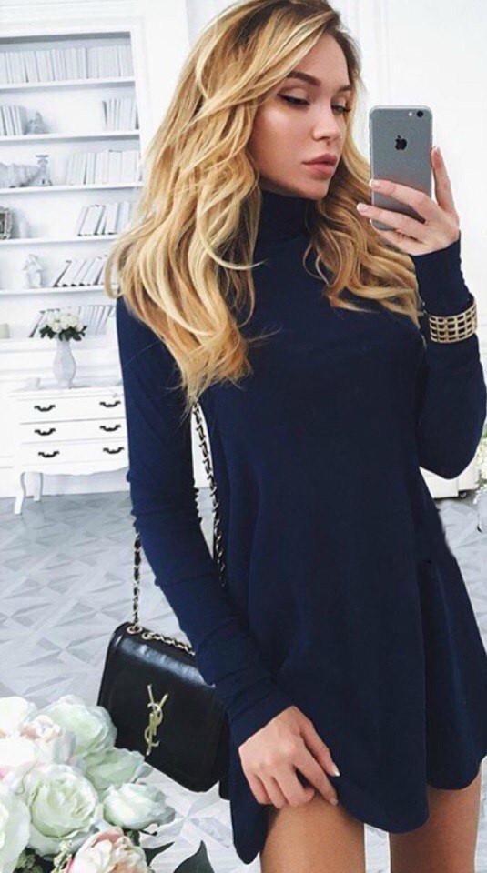 Стильное трикотажное платье, горло стойка, удлиненное сзади, темно-синее