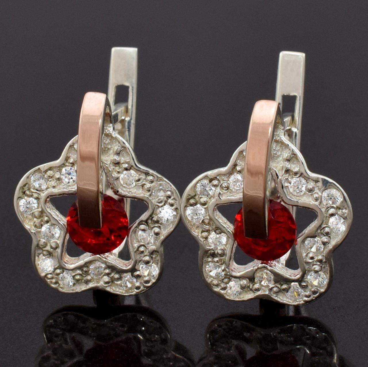"""Серебряные серьги с золотыми пластинами """"Искра"""", размер 17*14 мм, вставка красные фианиты, вес 4 г"""