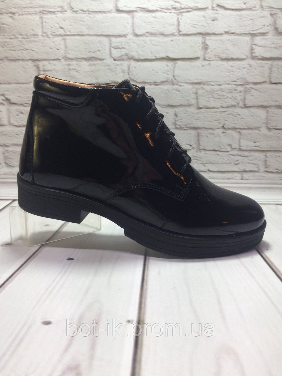 406b1c1a53d5 Ботинки женские на низком ходу из натуральной черной лаковой кожи на  шнуровке.