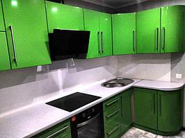 Перед установкой скинали. В тон зеленых фасадов кухни необходимо было подобрать изображение для стеклянного фартука.