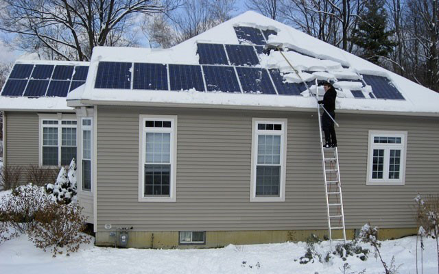 Как правильно чистить панели от снега видео от украинских владельцев солнечных электростанций 2