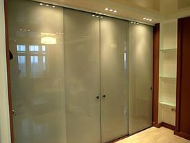 17 Раздвижная система из окрашенного стекла в гардероб