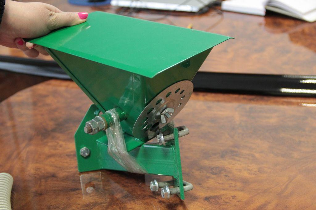 Устройство для внесения удобрений к картофелесажалке КСМ1