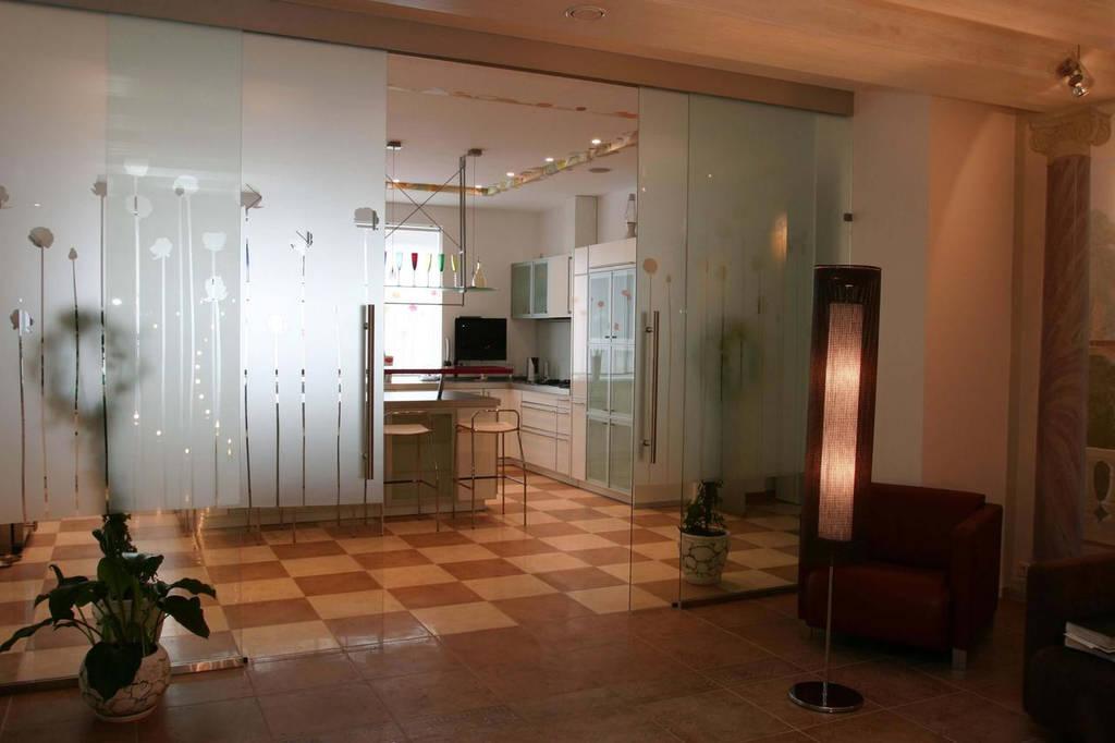 27 Раздвижная перегородка из стекла между кухней и холлом - Зонирование стеклянной перегородкой с раздвижной