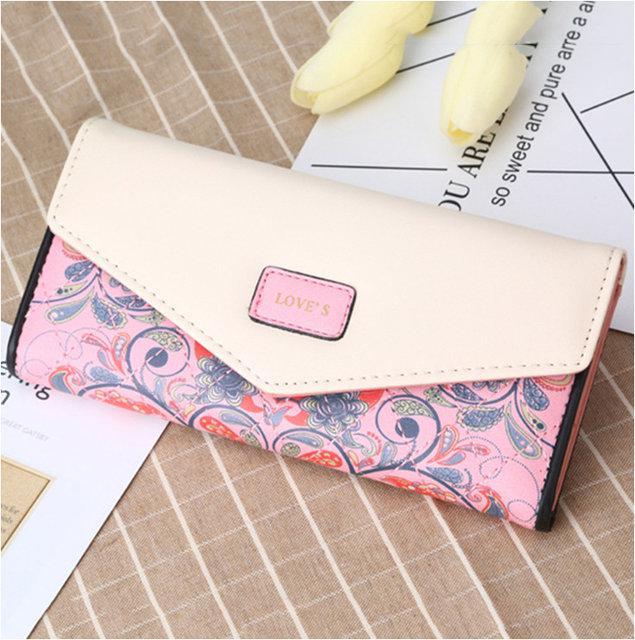 Красивый женский кошелёк с ярким принтом.