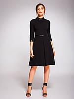 Платье черного цвета с воротником из экокожи и брошкой