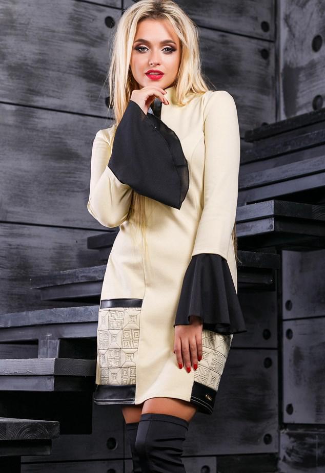 Оригинальное бежевое платье с рукавами клеш Д-1046