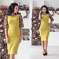 Приталенное платье до колен с вышивкой на рукавах