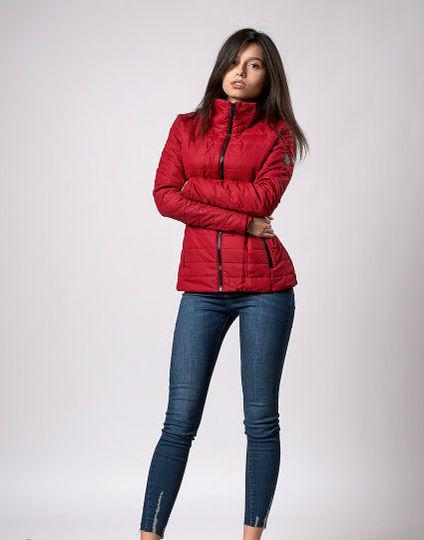 Яркая стильная женская короткая куртка