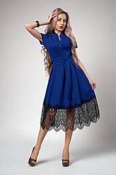 Нарядное платье-клеш длины миди, цвета электрик, декорированное кружевом, размер 44