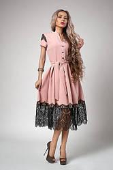 Молодежное платье-клеш цвета пудры, с поясом и красивым черным кружевом