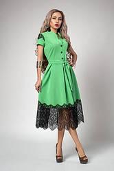 Стильное платье-клеш под пояс, зеленого цвета с кружевом-ресничка