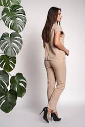 Модный бежевый костюм из классических брюк и кофты с короткими рукавами