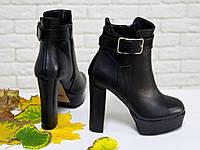 Классические женские ботинки из натуральной кожи черного цвета на высоком обтяжном каблуке, украшены небольшим ремешком, Коллекция Осень-Зима