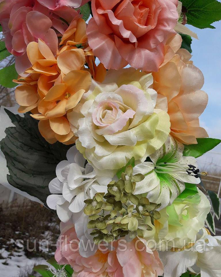 Гирлянда из искусственных цветов в нежных весенних цветах.