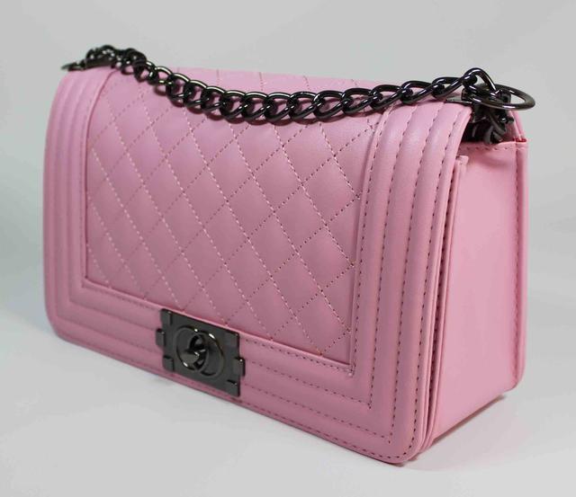 d783caa18971 Моделька имеет одно основное отделение, в нее без труда поместится уйма  личных мелких повседневных женских вещей.Вы всегда сможете купить женские  сумки ...