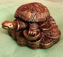 Статуэтка фэн - шуй черепаха на монетах, размер 3x5 см.