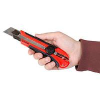 Нож с металлической направляющей под лезвие 25 мм с обрезиненной рукояткой INTERTOOL HT-0526