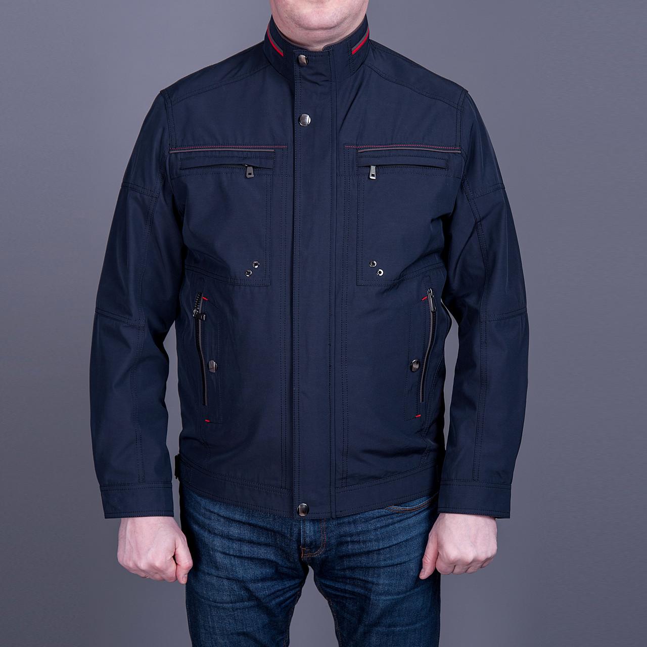 Чоловіча куртка (вітровка) темно-синього кольору.