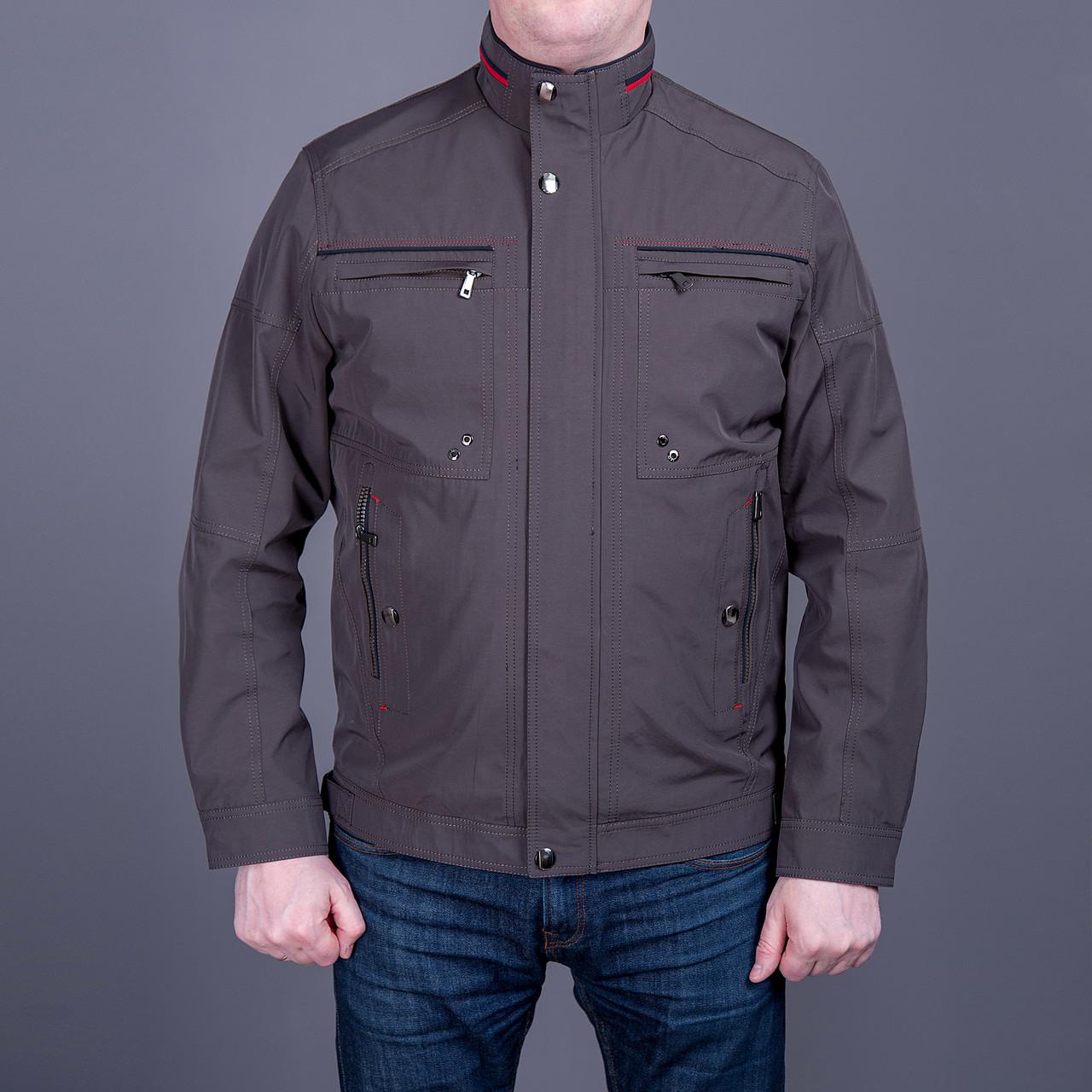 Чоловіча куртка (вітровка) кольору хакі.