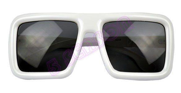 Солнцезащитные черные очки в белой оправе