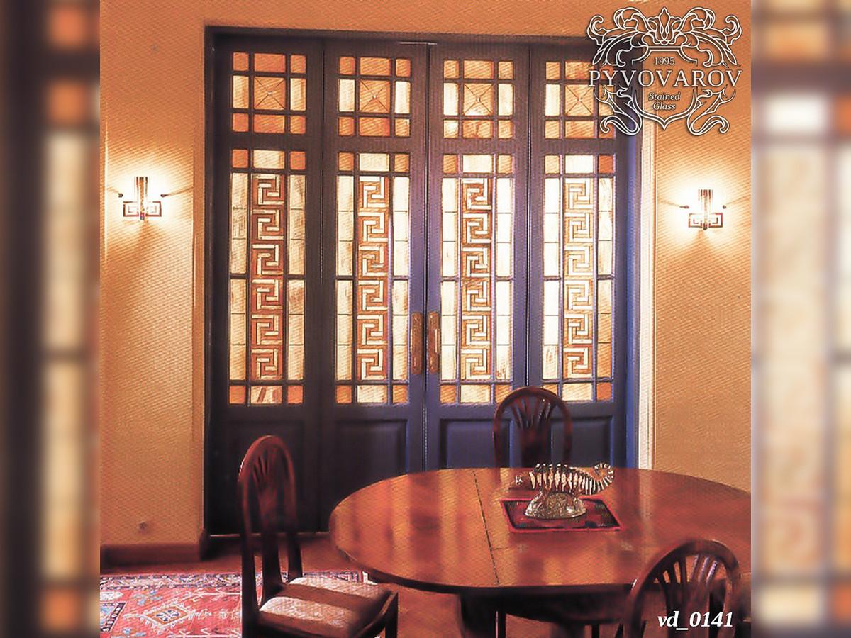 Витраж с орнаментом меандра в распашные двери холла